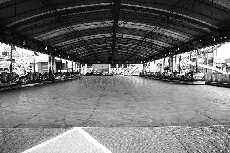 En nöjesplatsritt i svartvitt fotografering för bildbyråer