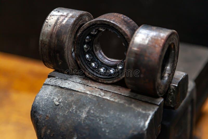 En n?rbild av en reservdel f?r metallbil royaltyfria bilder