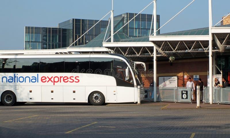 en nationell uttrycklig lagledare som v?ntar i leeds bussstation i v?stra - yorkshire arkivfoto