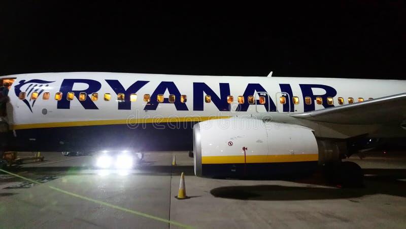 En natt med Ryanair royaltyfri fotografi