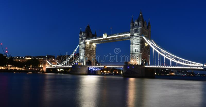 En natt med tornbron London royaltyfria foton
