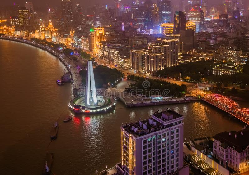 En nattsikt av den koloniala invallninghorisonten i Shanghai Kina royaltyfri fotografi