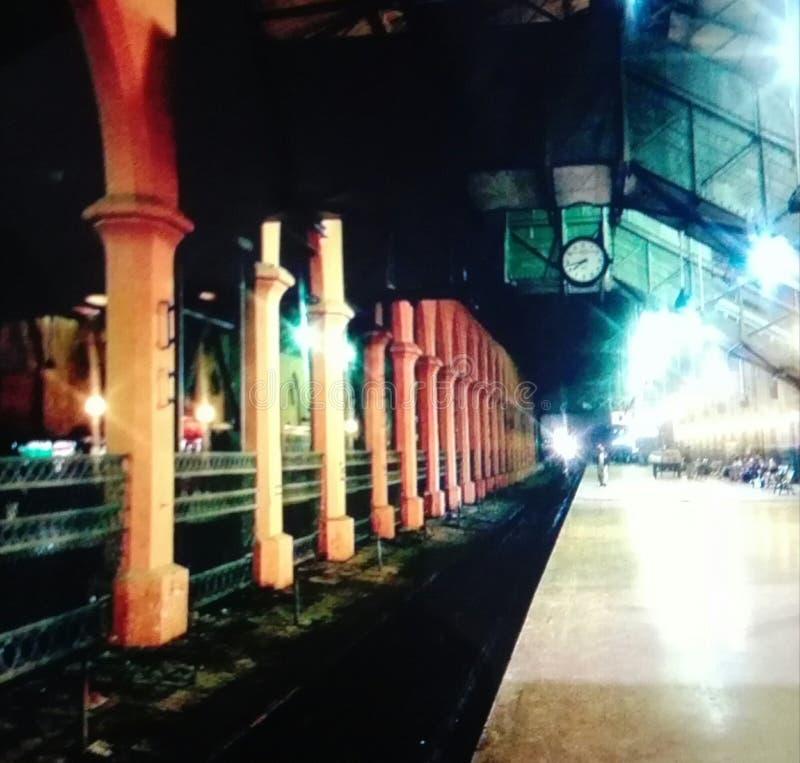 En nattsikt av järnvägsstationen arkivfoto