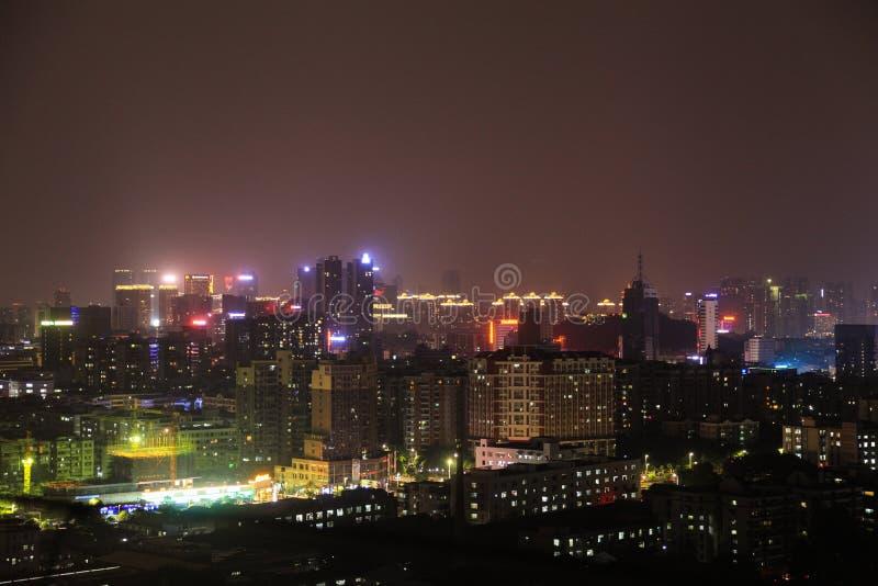 En nattsikt av taket av ett hem i guangdong, Kina arkivfoto