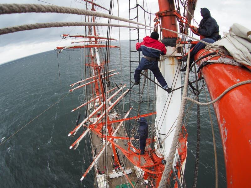 En naviguant sur le tallship ou le voilier, regardez d'en haut images stock