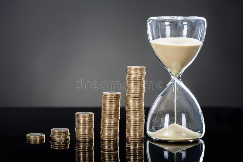 En near bunt för timglas av mynt royaltyfria foton