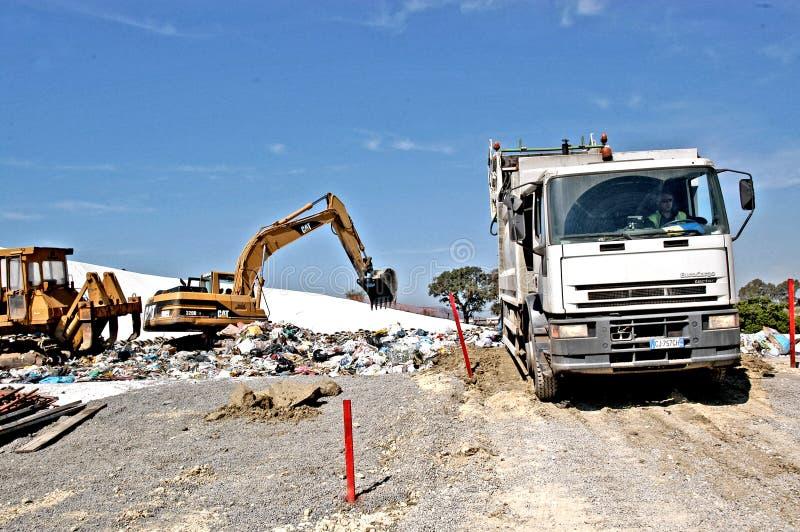 En nedgrävning av sopor arkivfoton