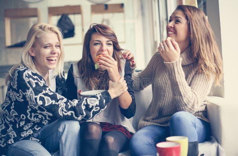 En ningún, le son pies Mujeres jovenes que se divierten junto fotografía de archivo