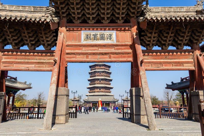 En noviembre de 2014, Yingxian, China: puerta de la entrada de la pagoda de madera de Yingxian, cerca de Datong, provincia de Sha foto de archivo libre de regalías