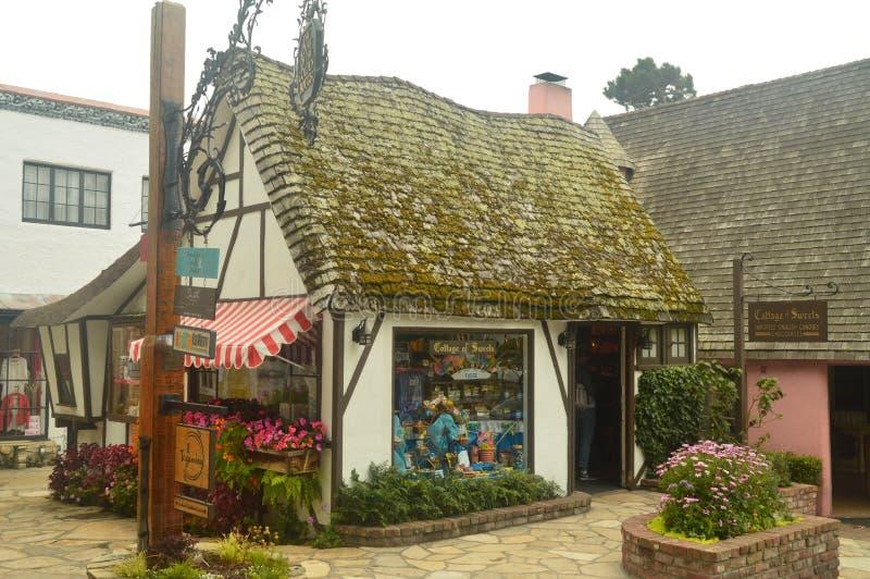 En nuestra visita a Carmel By The Sea We podían gozar de sus tiendas maravillosas en las pequeñas casas que miraban como fueron t imagen de archivo