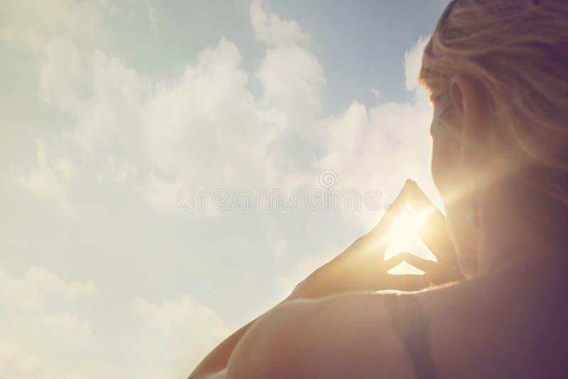 En ny dag börjar med soluppgången som skyddas i händerna av en kvinna royaltyfri bild