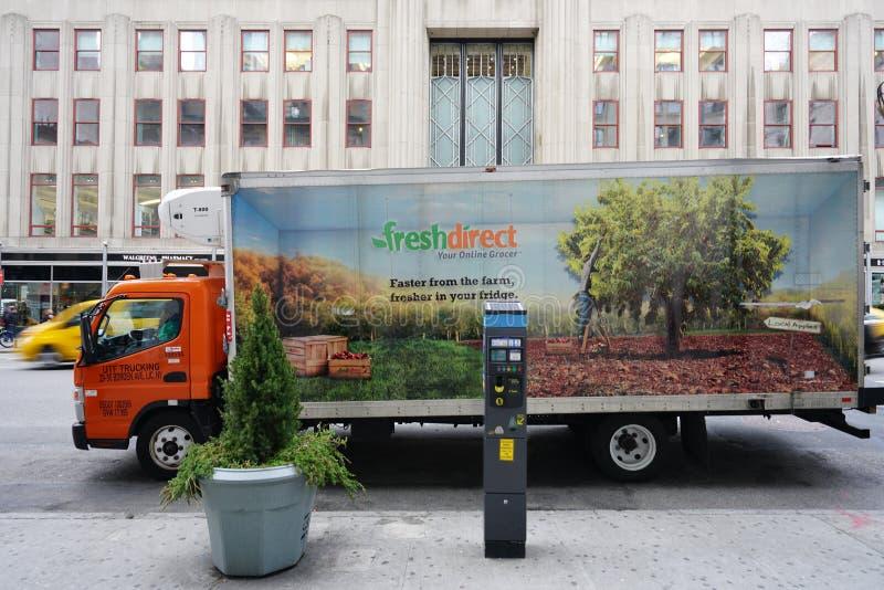 En ny direkt leveranslastbil framme av Empire State Building i New York City royaltyfri bild