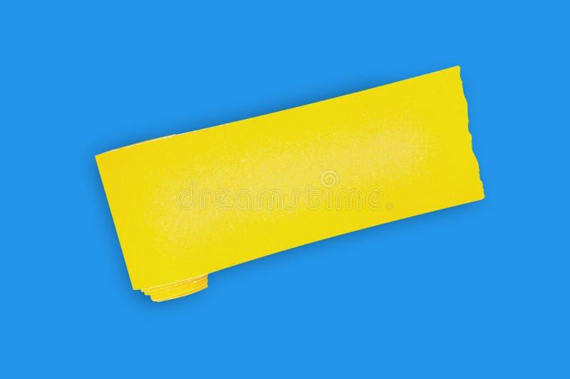 En ny rulle av gul slipande sandpapper f?r rastertr?- eller metallobjekt i mitt av den bl?a tabellen i seminarium Top besk?dar fotografering för bildbyråer