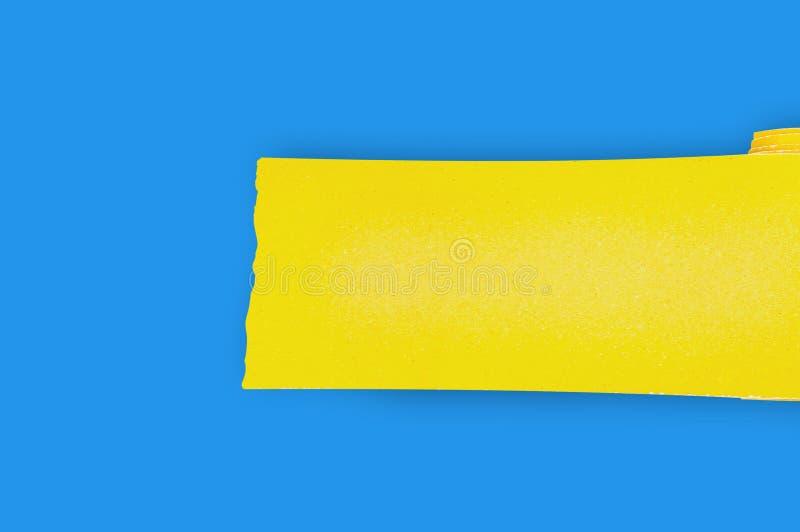 En ny rulle av gul slipande sandpapper f?r rastertr?- eller metallobjekt p? den bl?a tabellen i seminarium kopiera avst?nd f?r di royaltyfri fotografi