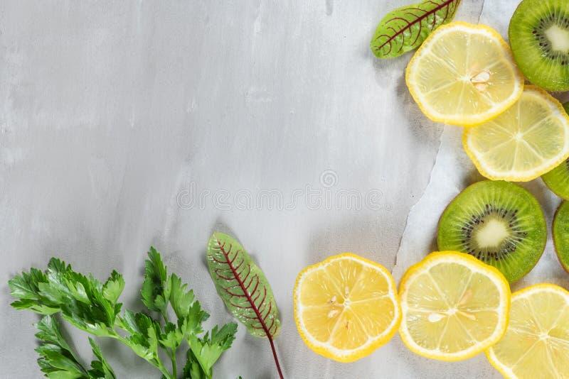 En nytt förberedd smoothie av kiwin, citronen, apelsinen och persilja på en cementtabell Banta vegetarisk mat Rå foods Top beskåd arkivfoto