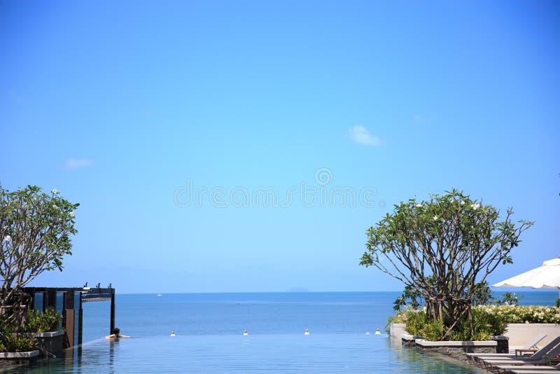 En oändlighetssimbassäng i det lyxiga strandhotellet fotografering för bildbyråer
