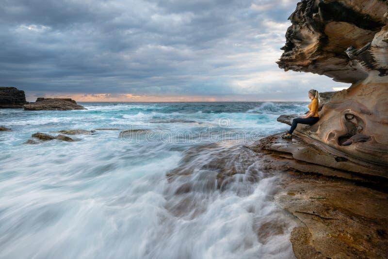 En observant les vagues précipitez-vous par, juste comme la vie de la caverne de mer photographie stock