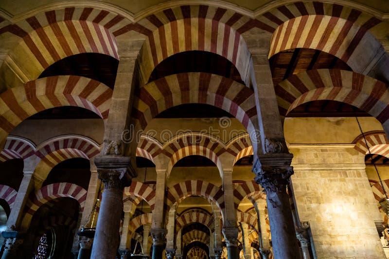 En octubre de 2018 - Córdoba, España - los interiores arqueados famosos de Mezquita imagen de archivo