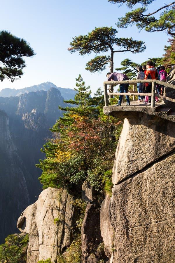 En octubre de 2014 - Huangshan, China - turistas en Grand Canyon del mar del oeste en el Mt Huangshan imagenes de archivo