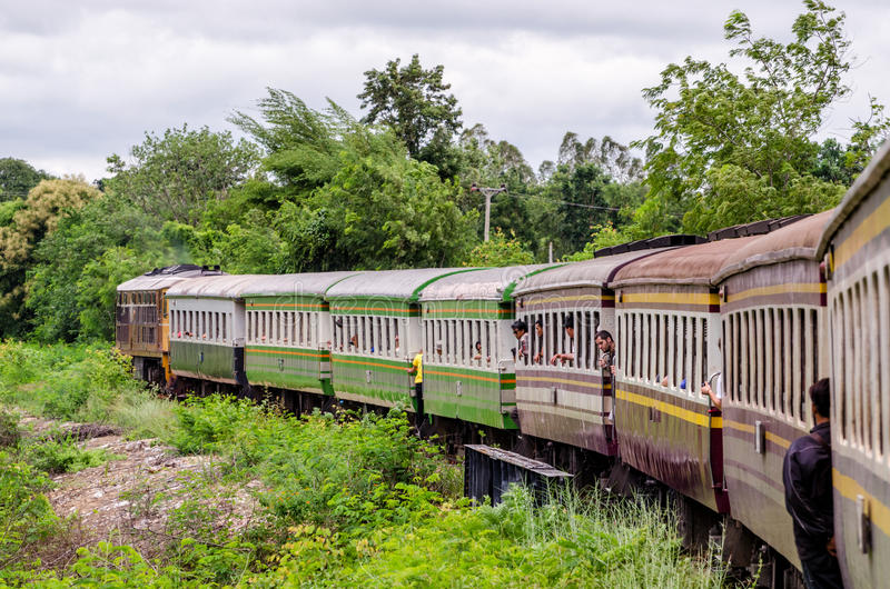 En octubre de 2015, Tailandia: El ferrocarril de la muerte de Kanchanaburi a Nam Tok imagenes de archivo