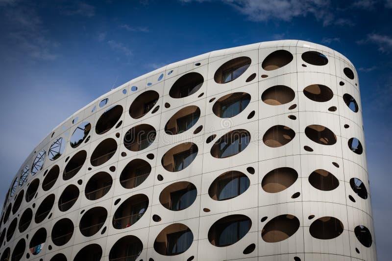 En odern byggnad i Österrike och en klar himmel arkivfoto