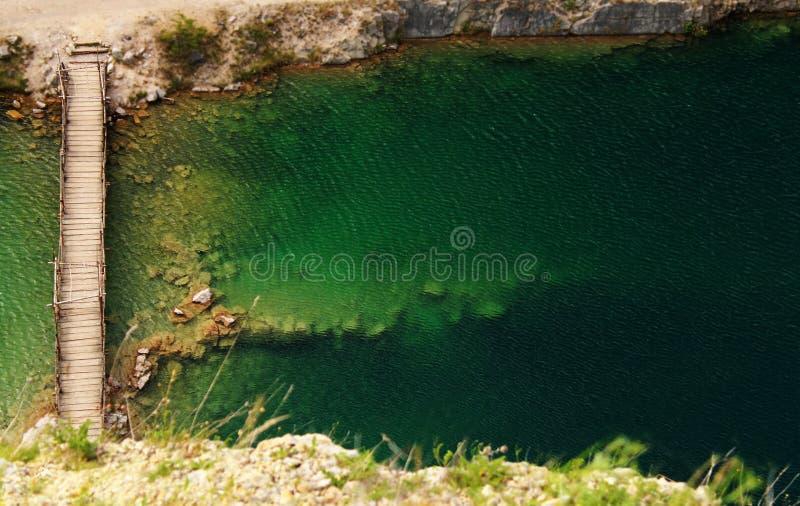 En oerhörd vattenbehållare i natur arkivbild