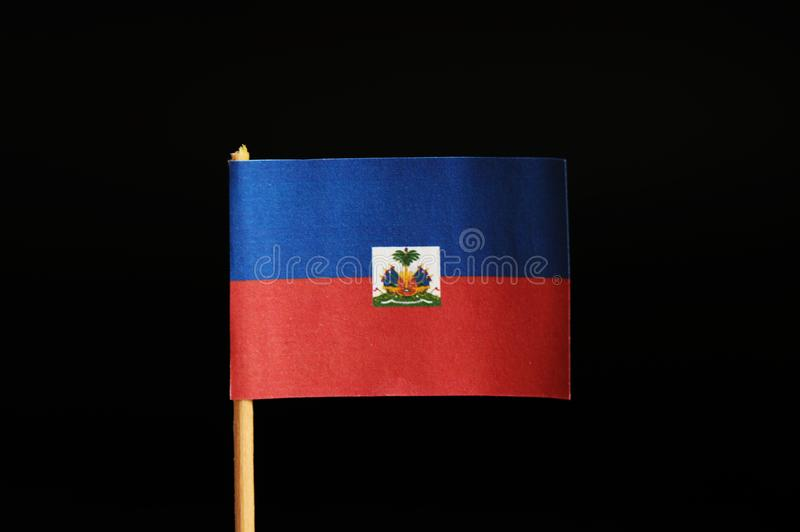 En officiell flagga av Haiti på tandpetare på svart bakgrund Haiti som lider på många jordskalv Tillståndet lokaliseras i central arkivbild