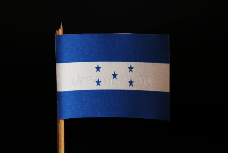 En officiell flagga av Honduras på tandpetare och på svart bakgrund Honduras lokaliseras i Central America och tillhör armodla arkivbilder