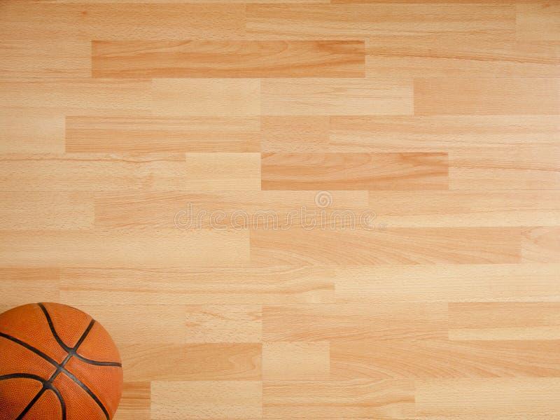 En officiell orange boll på en basketdomstol royaltyfri bild
