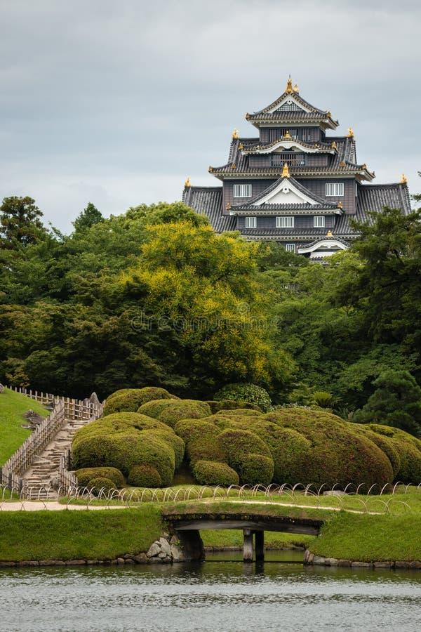 En ogród z czarnym średniowiecznym kasztelem w Okayama zdjęcia stock