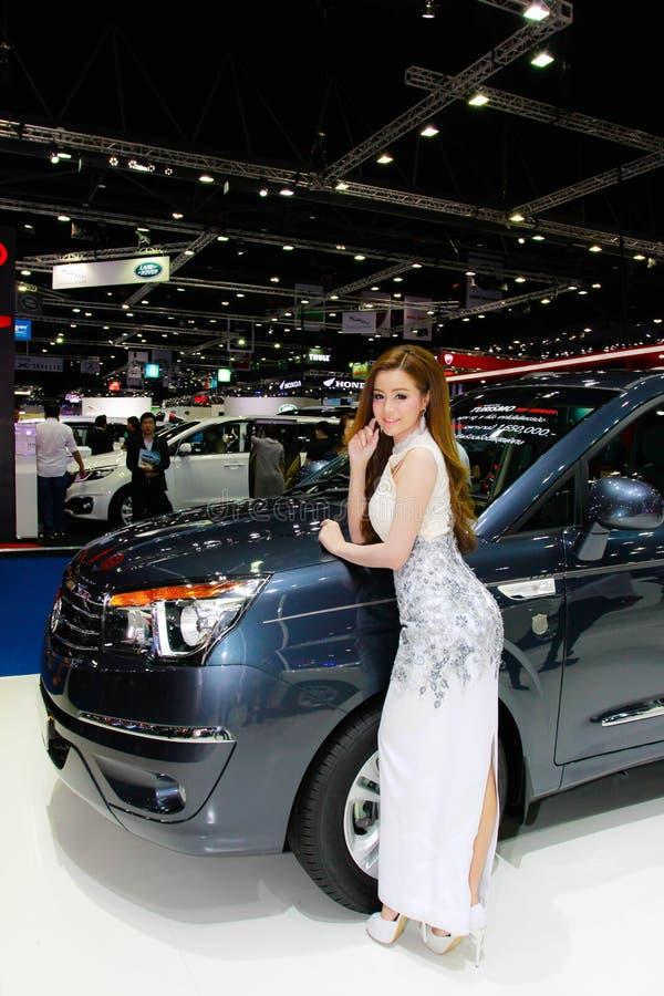 En oidentifierad kvinnlig presentatör poserar i Bangkok den internationella motoriska showen 2017 royaltyfri bild