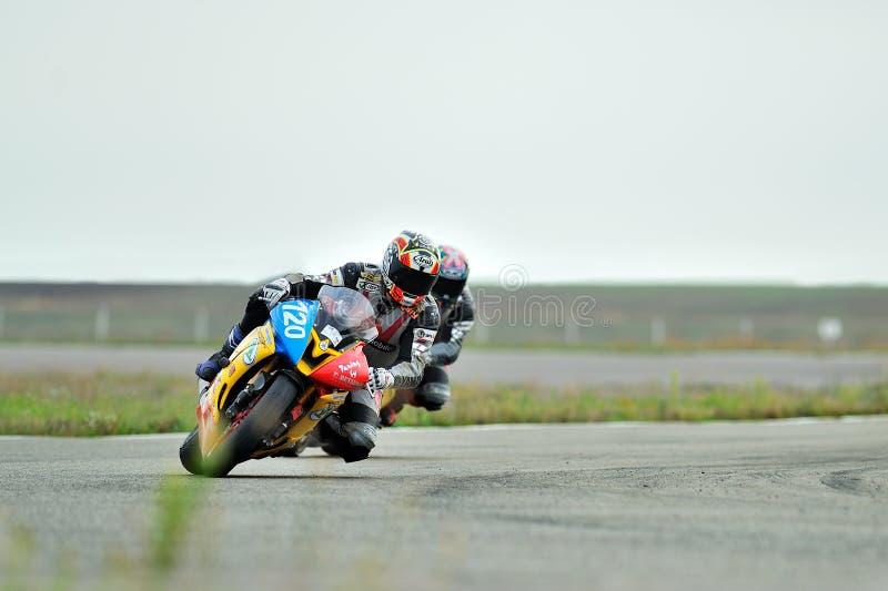 En oidentifierad ryttare deltar i den rumänska mästerskapmotorcykelhastigheten royaltyfri foto
