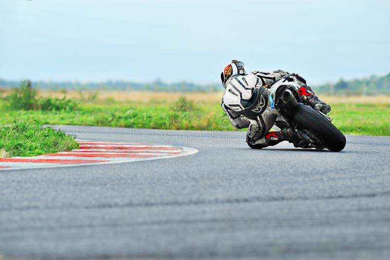 En oidentifierad ryttareavverkning på spår i den rumänska mästerskapmotorcykeln royaltyfri fotografi