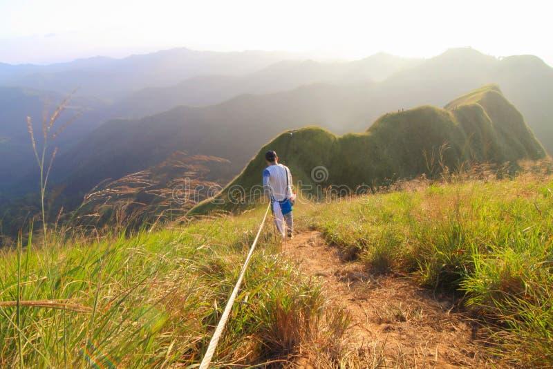En oidentifierad turism som klättrar det KhaoChangPouk berget arkivfoton