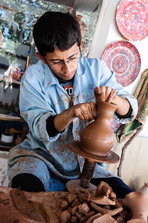 En okänd konstnär arbetar på en traditionell keramisk vas i Cappado arkivbild