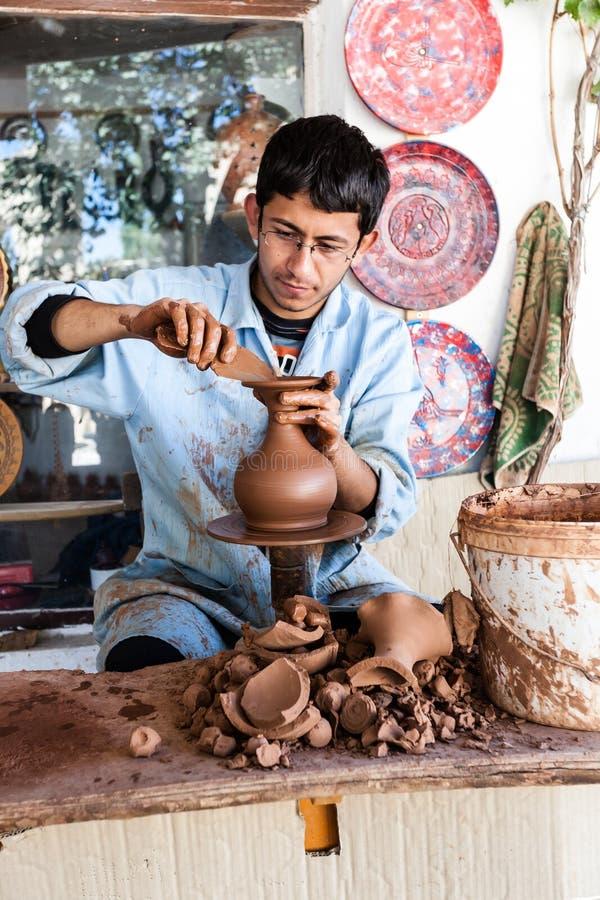 En okänd konstnär arbetar på en traditionell keramisk vas i Cappado arkivfoton