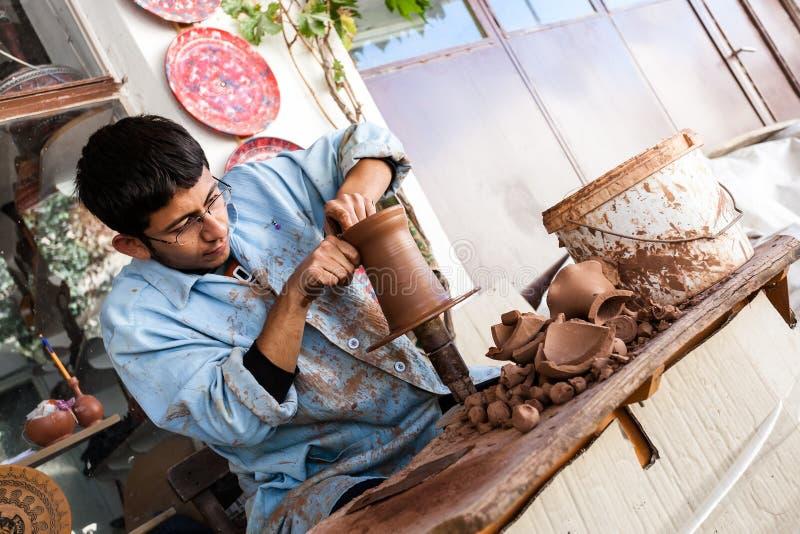 En okänd konstnär arbetar på en traditionell keramisk vas i Cappado royaltyfri bild