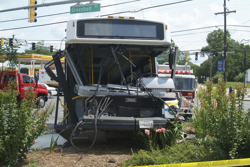 En olycka som gäller en buss i grönt bälte, Marylandbus royaltyfri foto
