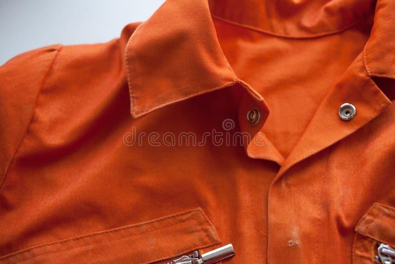 En orange jumpsuit av en fånge Portion av det obligatoriska utförandet av domstolsbeslut arkivfoto