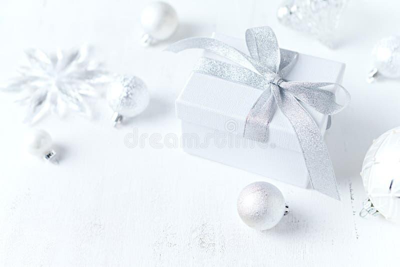 En ordning av gåvaboxe och julpynt på vit bakgrund Symbolisk bild close upp kopiera avstånd royaltyfri bild