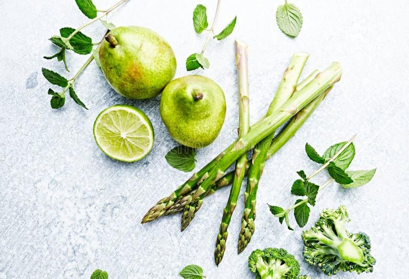 En ordning av gröna grönsaker, frukter och örter; flatlay royaltyfri fotografi