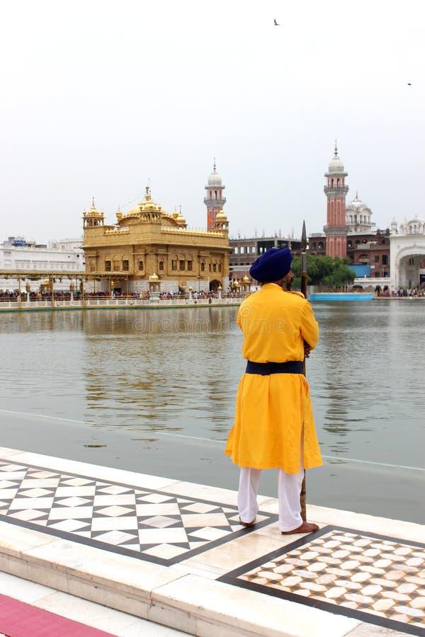 En ordningsvakt stod framme av den guld- templet, Amritsar, Punjab, Indien fotografering för bildbyråer