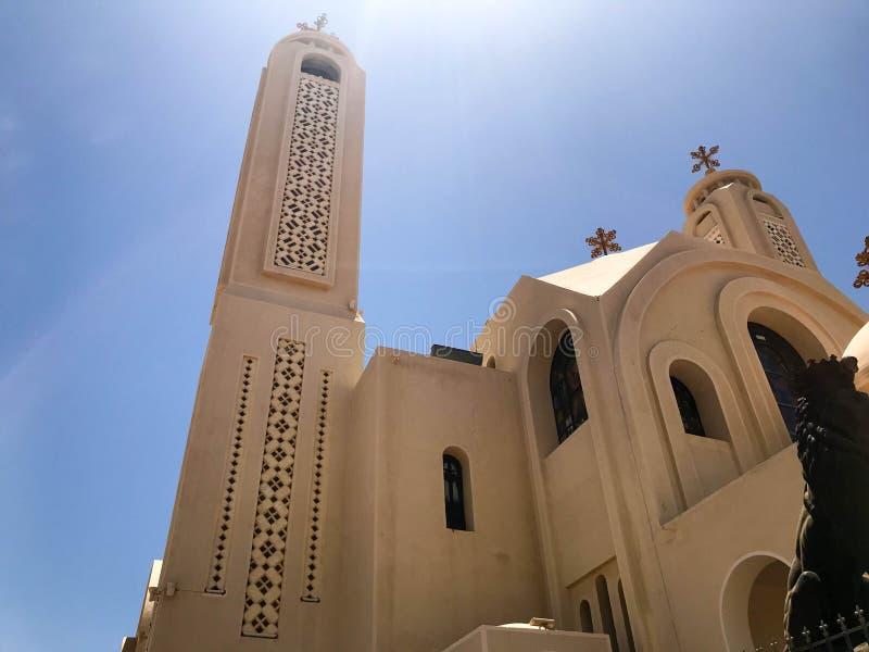 En ortodox kristen kyrka för gammal härlig beige vit sten är ett ställe för att be till guden med ett kors med fönster och koppla arkivbild