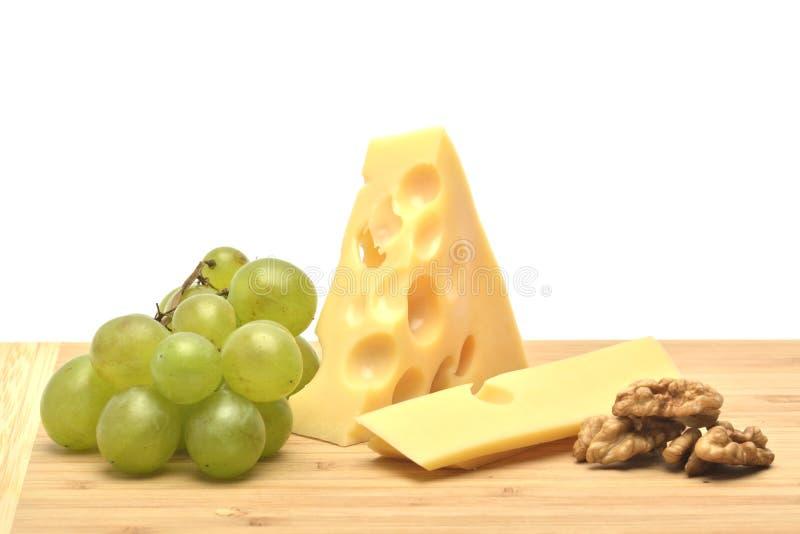 En ost på träbräde royaltyfri fotografi