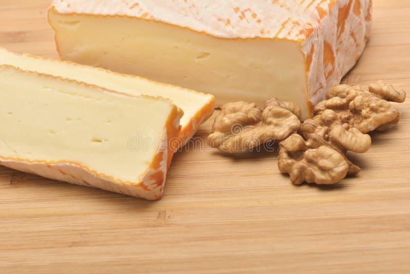 En ost på träbräde arkivbilder