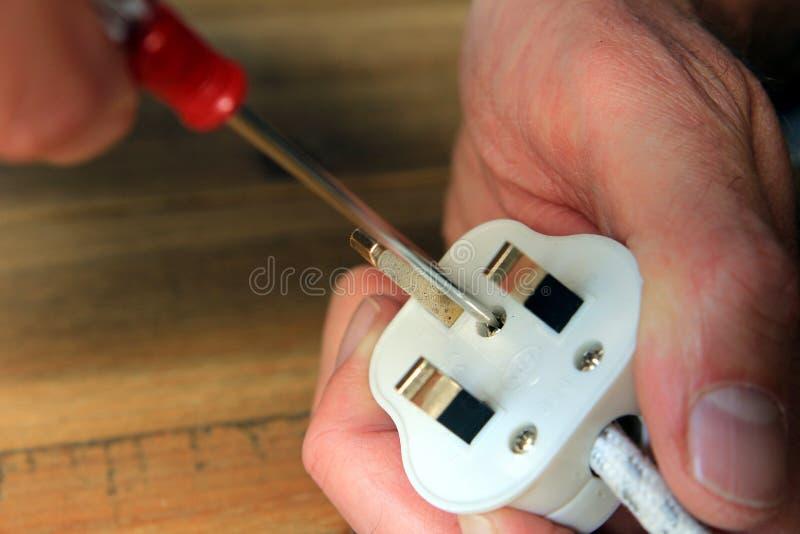 En ouvrant le R-U 13 ampères branchez pour changer le fusible images stock