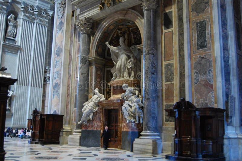 En ovanligt härlig grupp i Vaticanen som inramas av kolonner arkivbilder