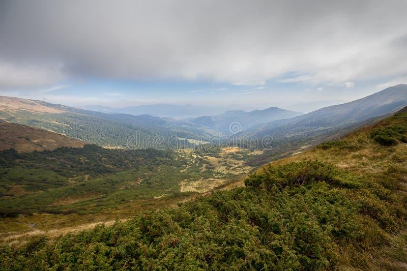 En på en bergplatå och bergmaxima i avståndet royaltyfria foton