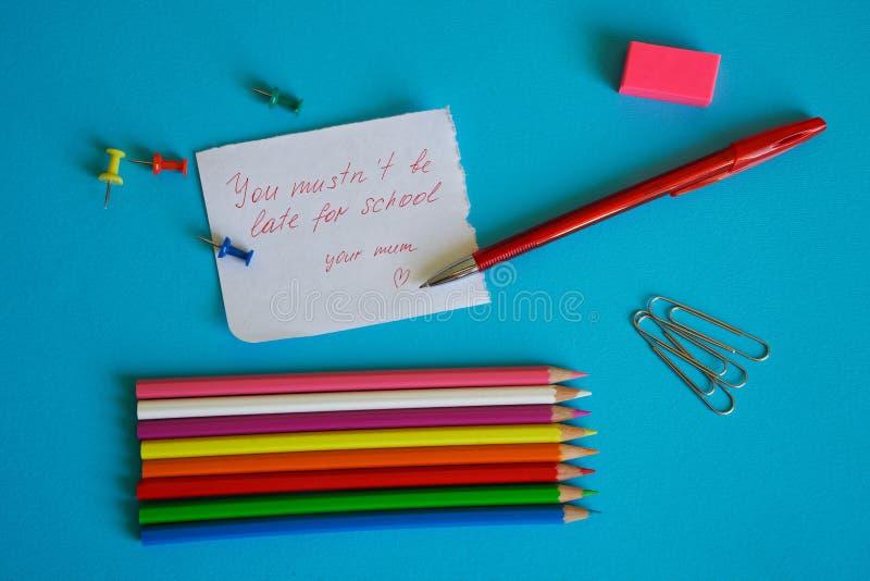 En påminnelse av barndom ` Är du mustn` t sen för skola`, - en anmärkning för en skolpojke från en älska moder royaltyfri fotografi