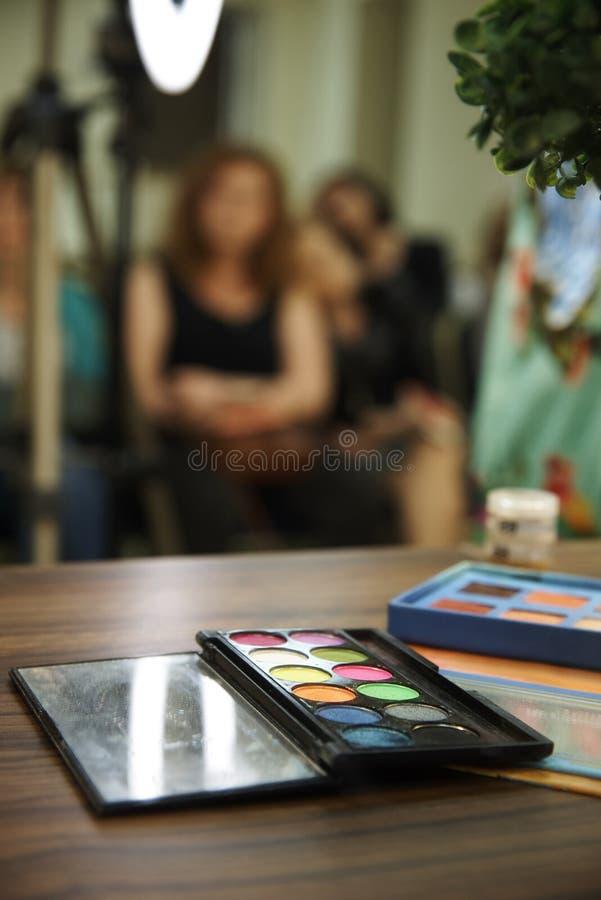 En palett av ljusa skuggor för smink fotografering för bildbyråer